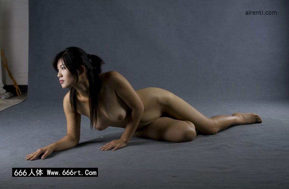 丰腴的美模王曼暗光棚拍