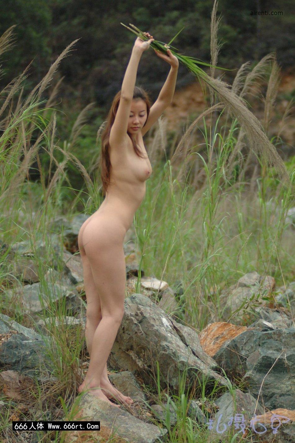 皮肤白个子好的王丹芦苇丛中外拍