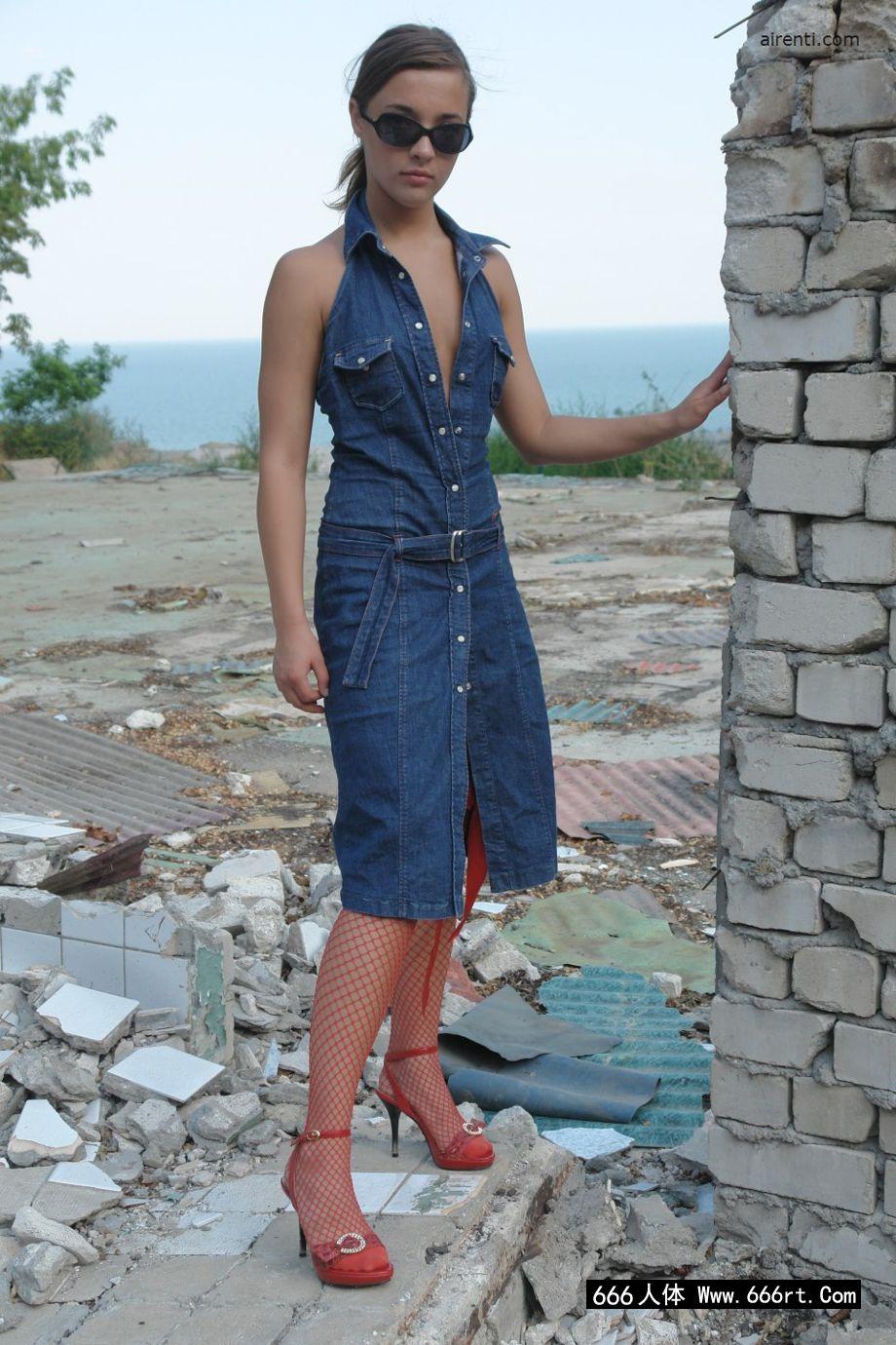 欧洲嫩模玛吉身穿渔网装外拍人体艺术