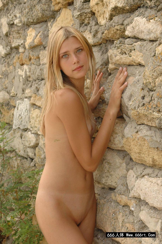 金发碧眼的妹子汉娜古城墙外拍取景