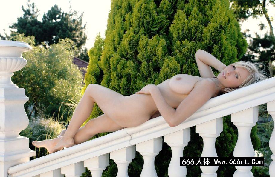 外拍白色石阶上的金发美少女Selena