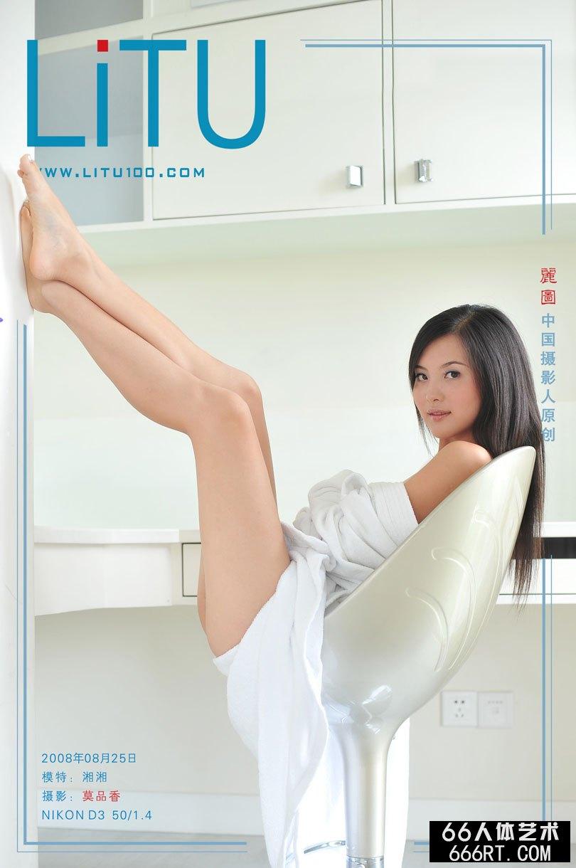 大学生湘湘08年8月25日室拍浴袍下的胴体