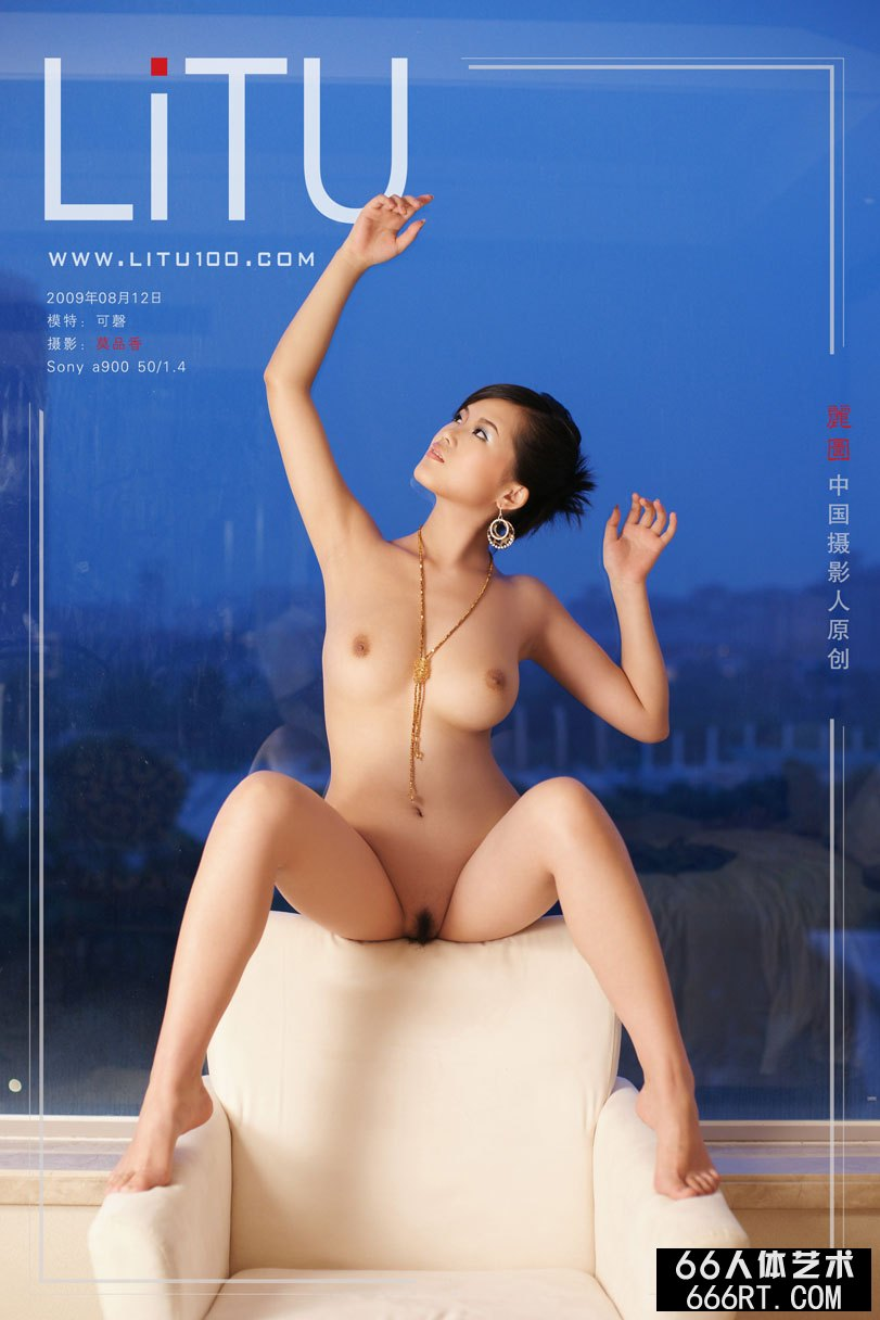 白富美裸模可磬09年8月室拍完美胴体