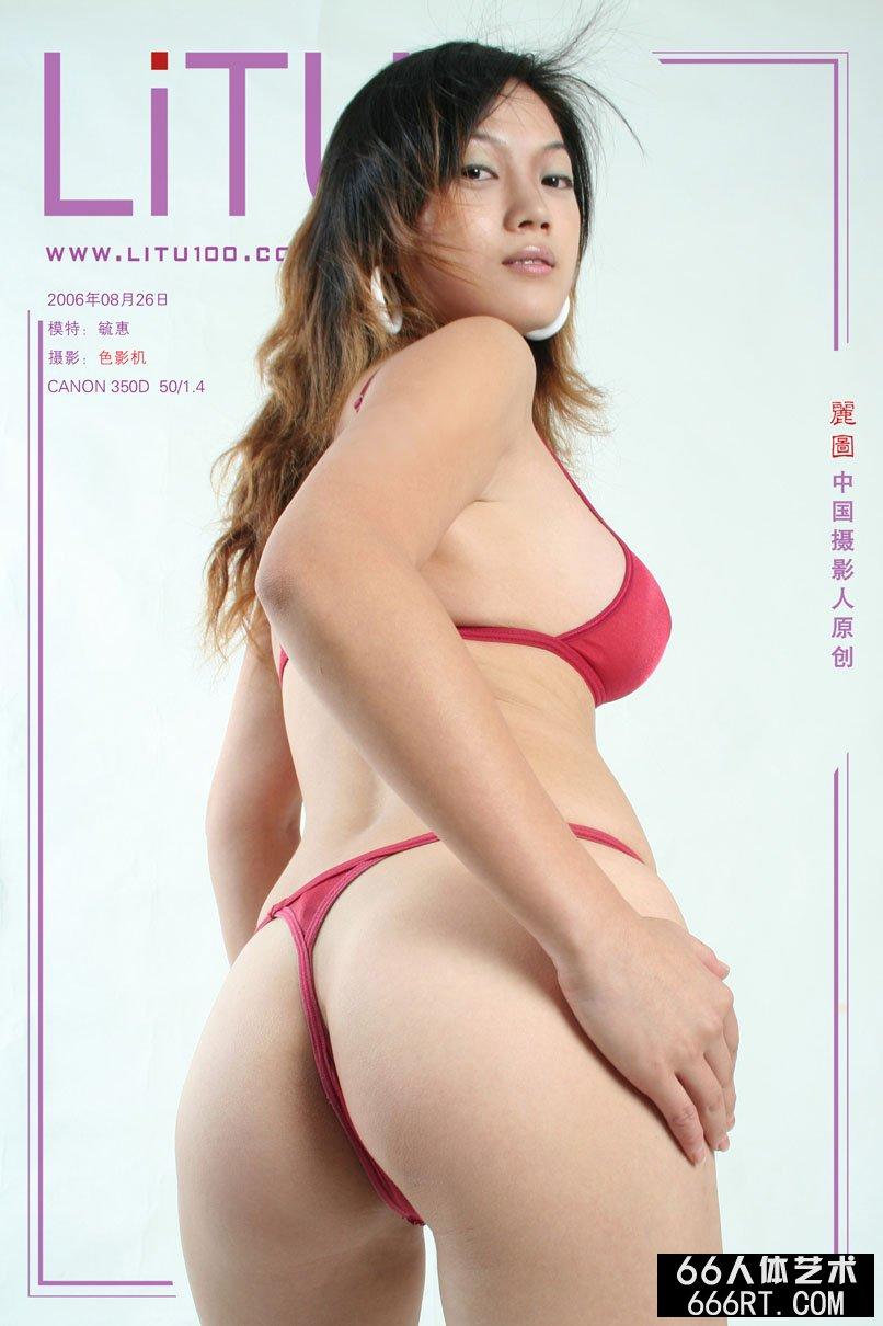 丰腴的毓惠06年8月26日棚拍泳装写照