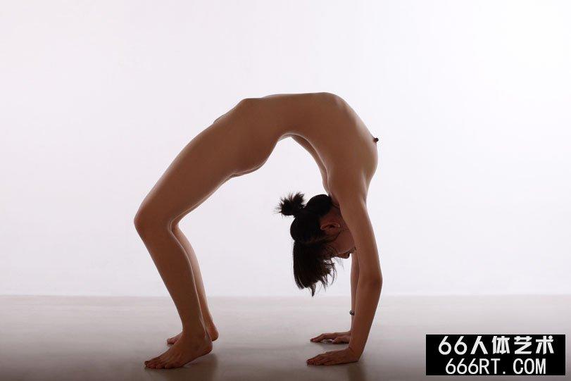 体操靓女晨雨棚拍下腰一字高难度动作