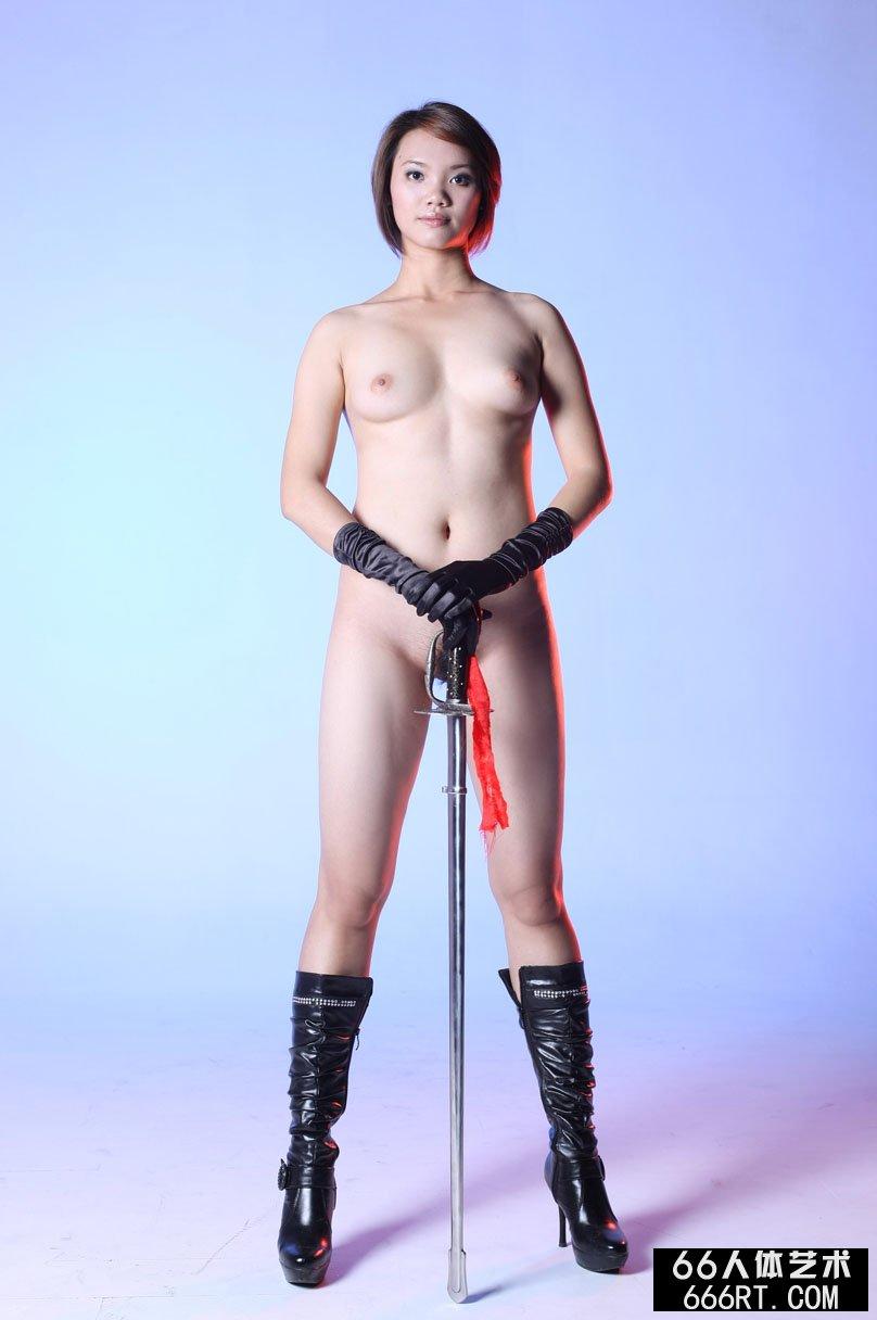棚拍身材丰腴的短发超模高妹舞剑