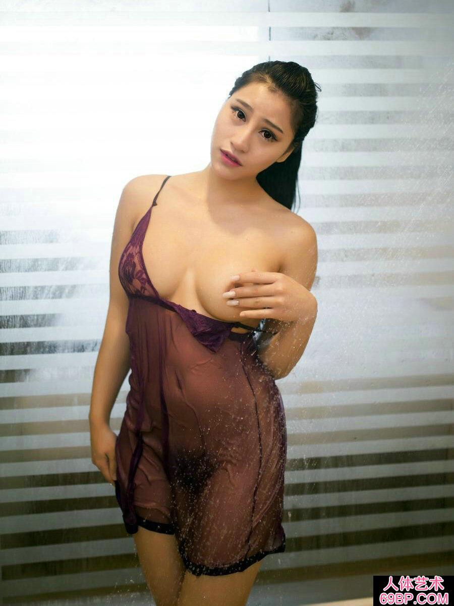 臀翘乳丰的小雅洗泡泡浴摄影图片