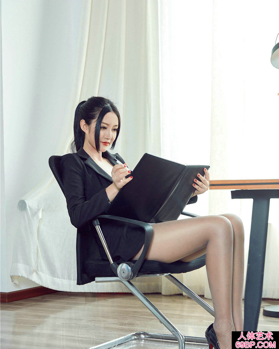妩媚的职业装女文秘长腿薄丝写照图