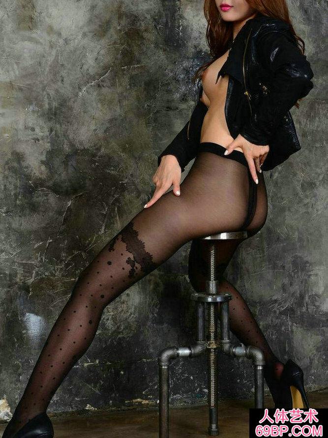长头发靓女穿黑色黑丝棚拍人体图片