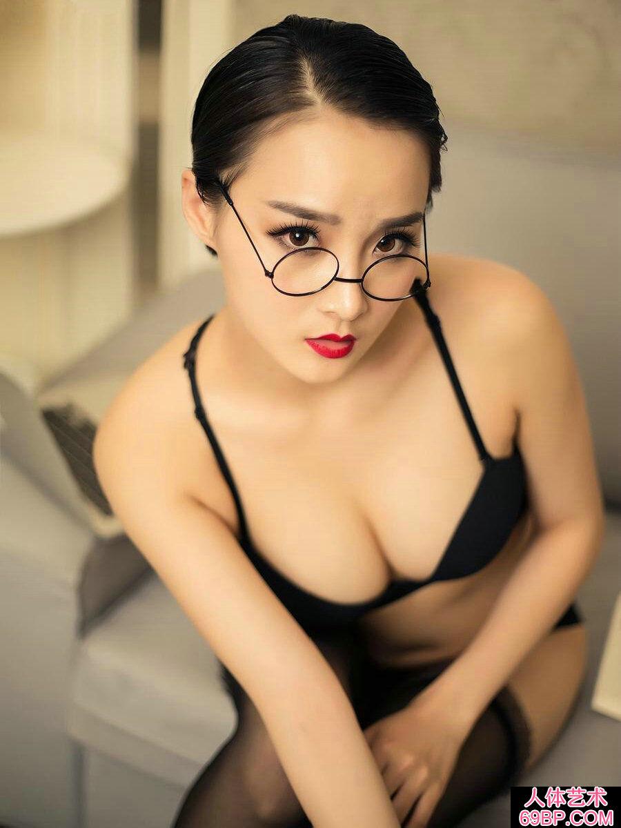 艳丽绝伦的眼镜秘书营营内裤人体