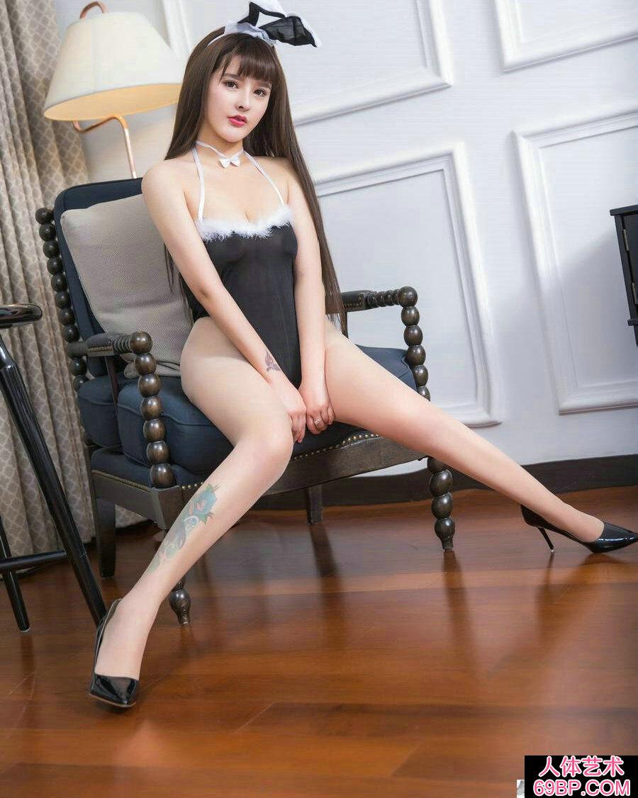 丰腴艳丽的兔女郎杨曼妮跪地拍摄人体
