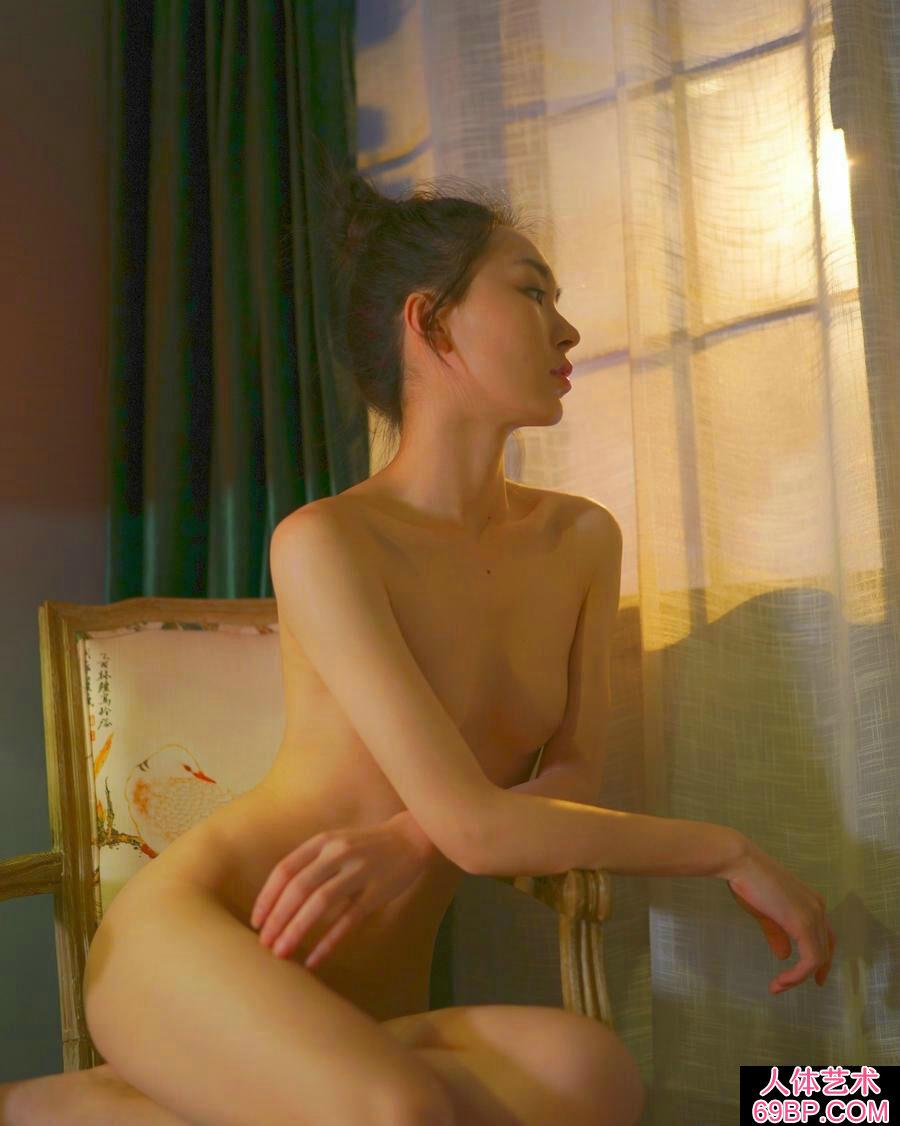 全身全裸的空虚爱人张俊佳室拍人体