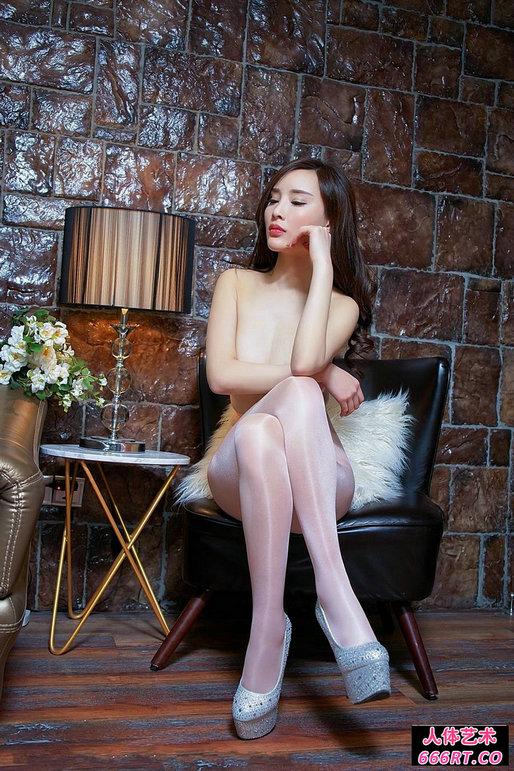 豪宅室拍白皙丰润的高挑超模全裸黑丝人体图