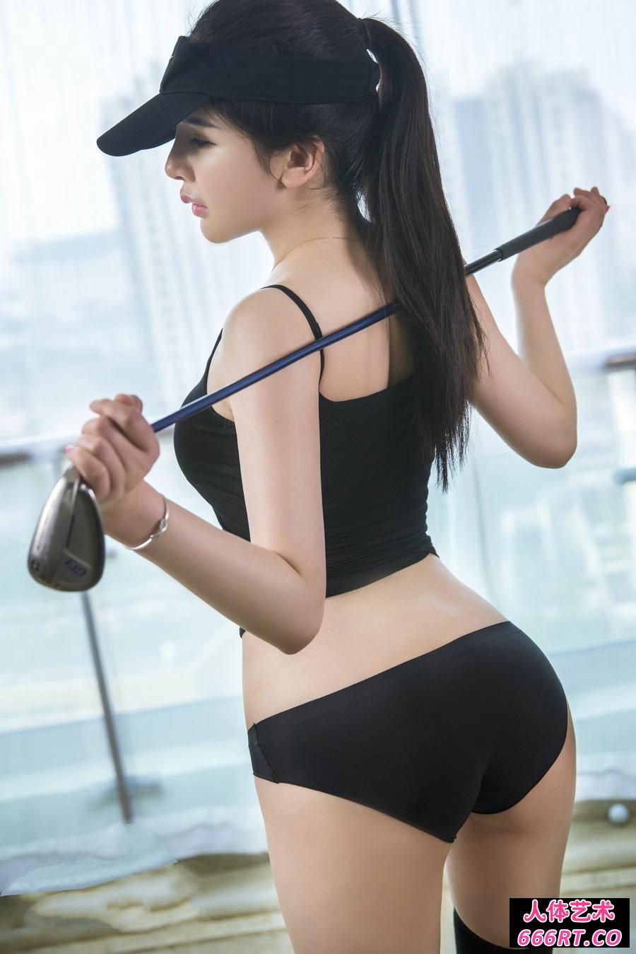 身材极好的美模李丽莎玩高尔夫球