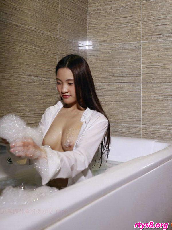 浴缸�Y洗泡泡浴的酥胸��模人体写照,少女人体艺术动图