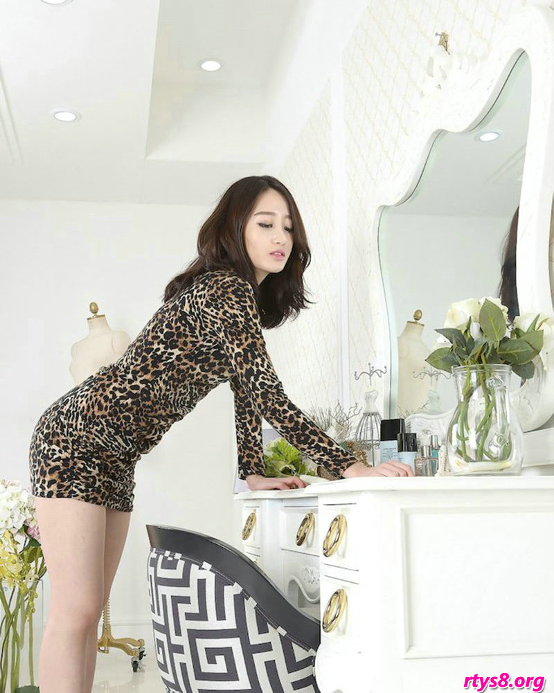 韩国美女艺术照_穿豹纹服饰的酥胸美模Sua梳妆镜前拍摄
