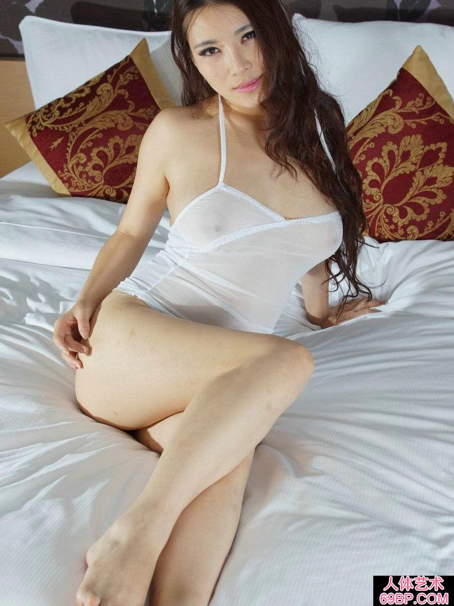 肤白貌美身姿优美的杨依人体图片