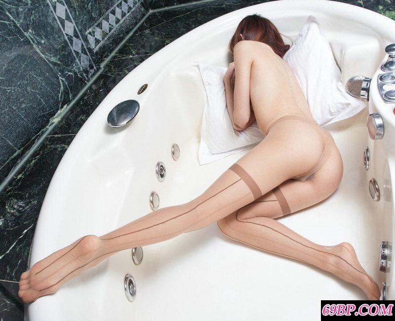 室拍大浴缸里只穿薄丝不穿内裤的美模