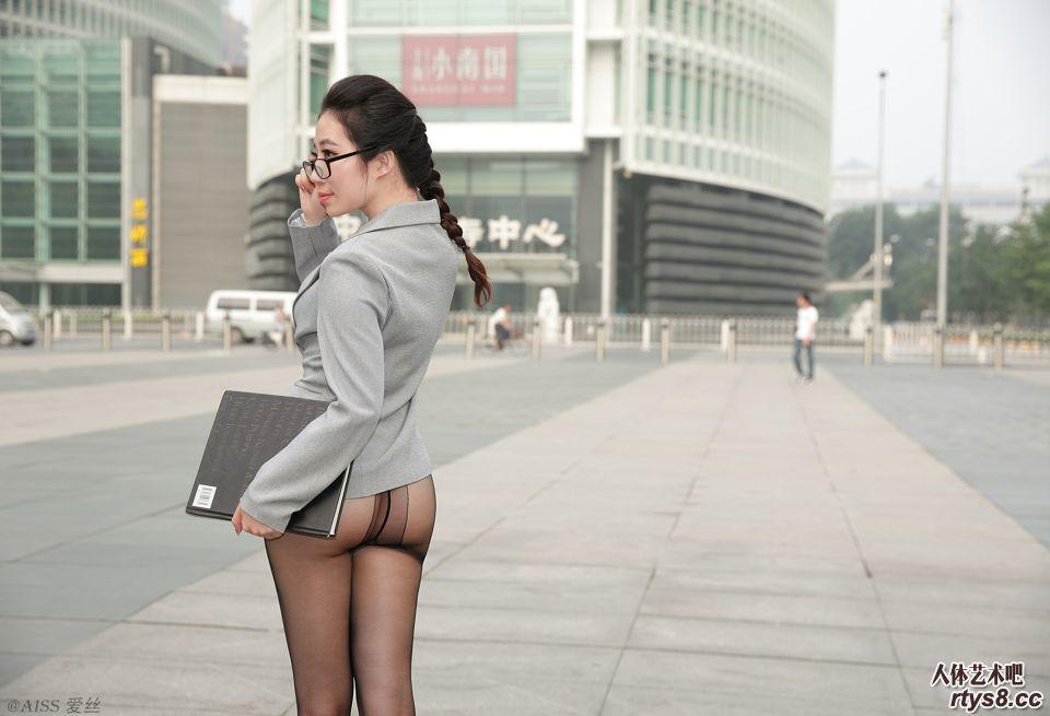 美人职员只穿薄丝就来上班了